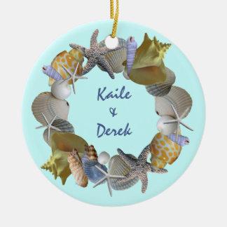 Ornamento de los nombres y del año de la guirnalda adorno navideño redondo de cerámica