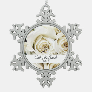 Ornamento de los rosas blancos adorno de peltre en forma de copo de nieve