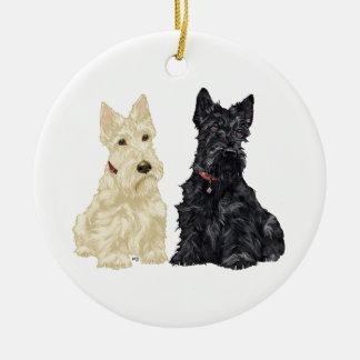 Ornamento de trigo y negro del perro del escocés adorno navideño redondo de cerámica