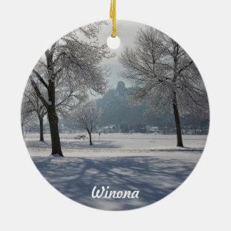 Ornamento de Winona: Sugarloaf en invierno Adorno Redondo De Cerámica