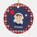 Ornamento del astronauta de las estrellas rojas y  ornamentos de navidad