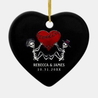 Ornamento del boda - esqueletos con el corazón adorno navideño de cerámica en forma de corazón