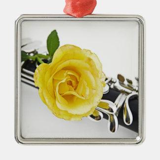 Ornamento del Clarinet y del rosa amarillo Adorno Navideño Cuadrado De Metal