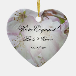 Ornamento del corazón del compromiso de los flores adorno