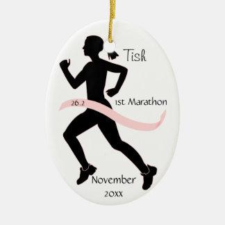 Ornamento del corredor de maratón de la mujer en adorno navideño ovalado de cerámica