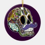 Ornamento del cráneo del azúcar del bigote (color) adorno navideño redondo de cerámica