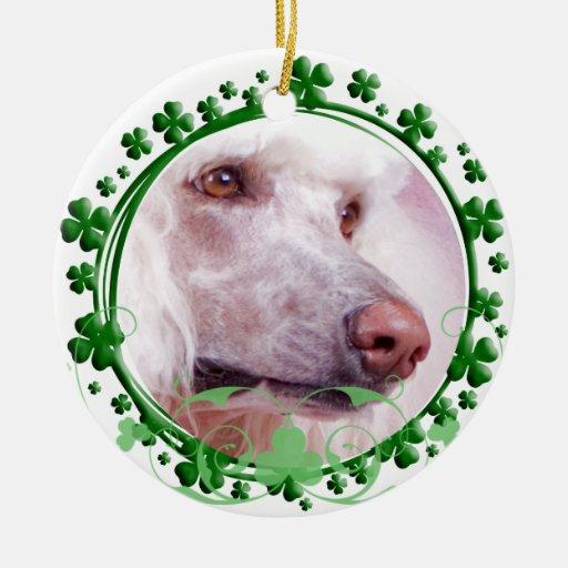 Ornamento del día de St Patrick del caniche Adorno Navideño Redondo De Cerámica