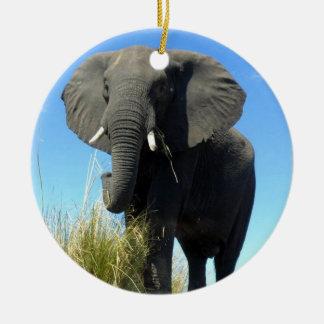 Ornamento del elefante africano adorno navideño redondo de cerámica