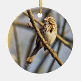 Ornamento del gorrión de canción adorno navideño redondo de cerámica