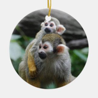 Ornamento del mono de ardilla del bebé adorno navideño redondo de cerámica