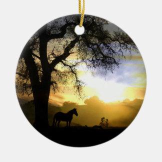 Ornamento del monumento del caballo adorno navideño redondo de cerámica