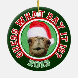 Ornamento del navidad 2013 de Santa del camello Adorno Redondo De Cerámica