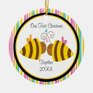 Ornamento del navidad de los pares de las abejas adorno navideño redondo de cerámica