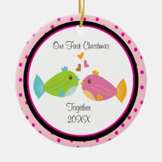 Ornamento del navidad de los pares de los pescados adorno navideño redondo de cerámica