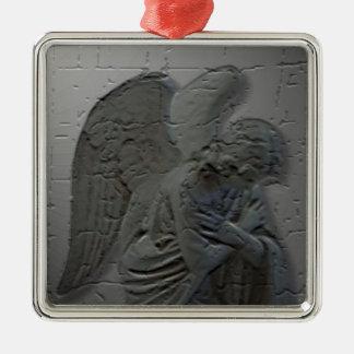 Ornamento del navidad del ángel que adora adorno navideño cuadrado de metal