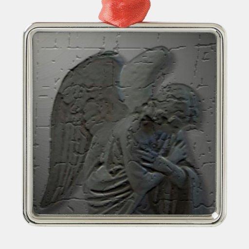 Ornamento del navidad del ángel que adora adorno cuadrado plateado