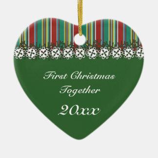 Ornamento del navidad del rojo de la raya del adorno de cerámica en forma de corazón