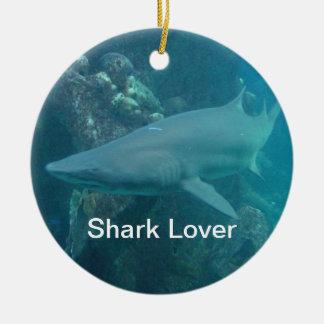 Ornamento del navidad del tiburón adorno redondo de cerámica