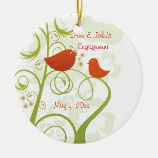 Ornamento del pájaro del amor adorno navideño redondo de cerámica