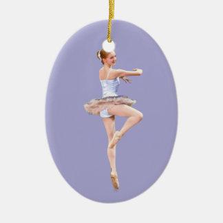 Ornamento del personalizable de la bailarina adorno navideño ovalado de cerámica