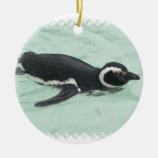 Ornamento del pingüino de la natación adorno navideño redondo de cerámica