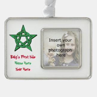 Ornamento del recuerdo de Yule del bebé de Wiccan Marcos De Adorno Plateado