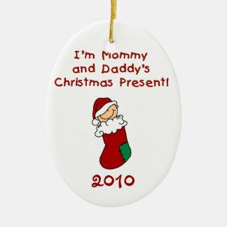 Ornamento del regalo de Navidad de la mamá y del Adorno Ovalado De Cerámica