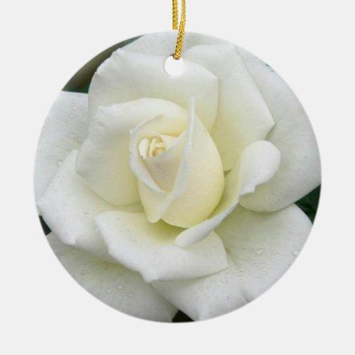 Ornamento del rosa blanco adorno navideño redondo de cerámica