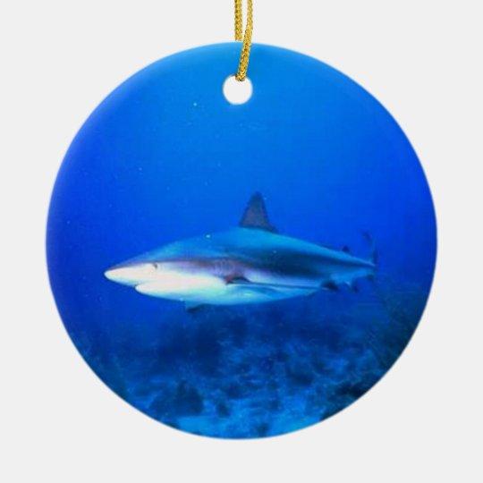 Ornamento del tiburón adorno navideño redondo de cerámica