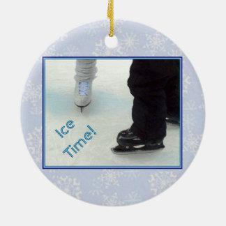 """""""Ornamento del tiempo del hielo"""" Ornamento De Navidad"""