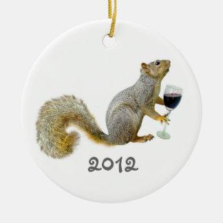 Ornamento del vino 2012 de la ardilla ornamento para arbol de navidad