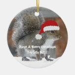 Ornamento divertido de la ardilla del navidad adorno redondo de cerámica