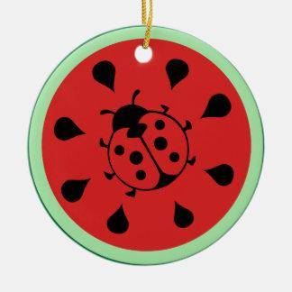 Ornamento divertido de la mariquita y de la sandía adorno navideño redondo de cerámica