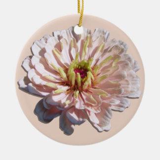 Ornamento - el Zinnia rosado más pálido Adorno Redondo De Cerámica