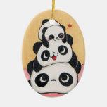 Ornamento feliz de la familia de la panda adorno navideño ovalado de cerámica