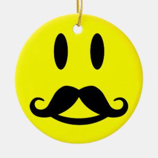 Ornamento feliz y enojado del smiley del bigote adorno navideño redondo de cerámica