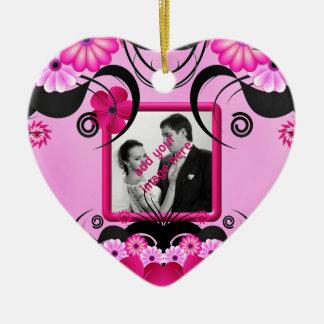Ornamento floral fucsia ligero de la foto del adorno navideño de cerámica en forma de corazón