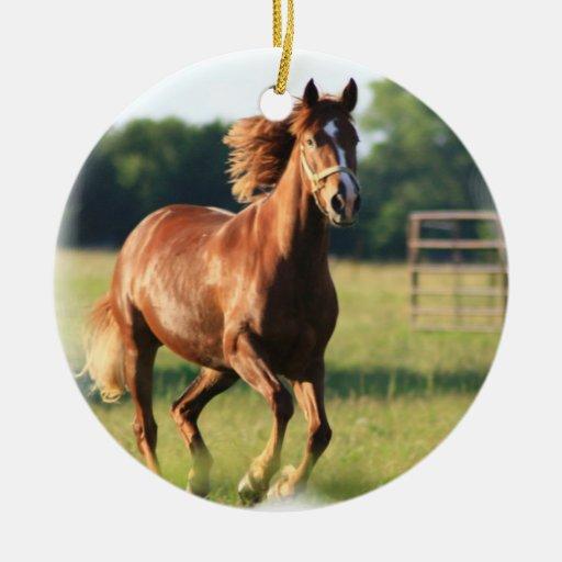 Ornamento galopante del caballo de la castaña adorno navideño redondo de cerámica