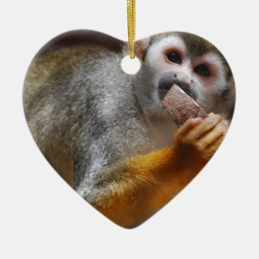 Ornamento hambriento del mono de ardilla adorno navideño de cerámica en forma de corazón