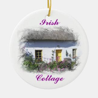 Ornamento irlandés de la cabaña adorno navideño redondo de cerámica