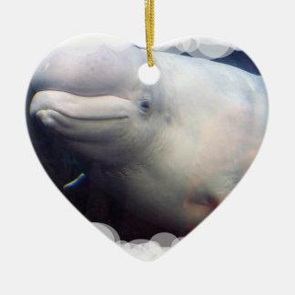 Ornamento lindo de la ballena de la beluga adorno navideño de cerámica en forma de corazón