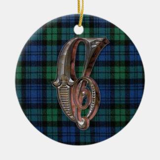 Ornamento negro del monograma de la tela escocesa adorno navideño redondo de cerámica