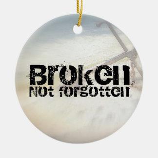 Ornamento no olvidado roto adorno navideño redondo de cerámica