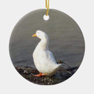Ornamento: Pato blanco en el borde del lago Adorno Navideño Redondo De Cerámica
