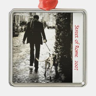 Ornamento - perro que camina en Trastevere Adorno Cuadrado Plateado