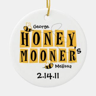 Ornamento personalizado abeja del recién casado adorno redondo de cerámica