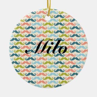 Ornamento personalizado bigote multicolor adorno navideño redondo de cerámica
