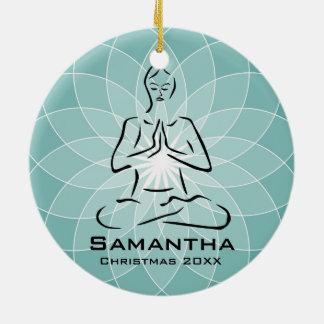 Ornamento personalizado de la actitud de la yoga adorno navideño redondo de cerámica