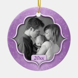 Ornamento púrpura de la foto del 1r navidad de la adorno navideño redondo de cerámica