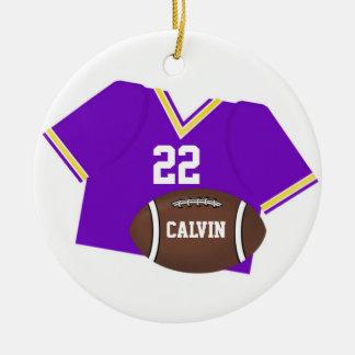 Ornamento púrpura del jersey y del fútbol adorno navideño redondo de cerámica